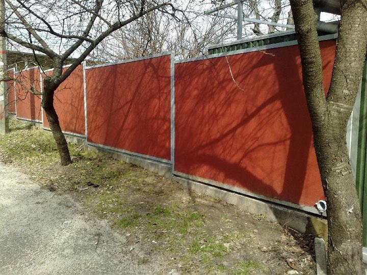 Ступенчатый забор из асбестоцементного листа