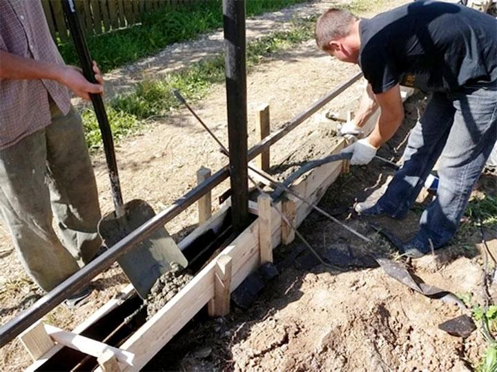 Заполнение опалубки фундамента бетоном