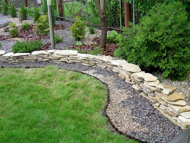 Декорирование сада природным камнем