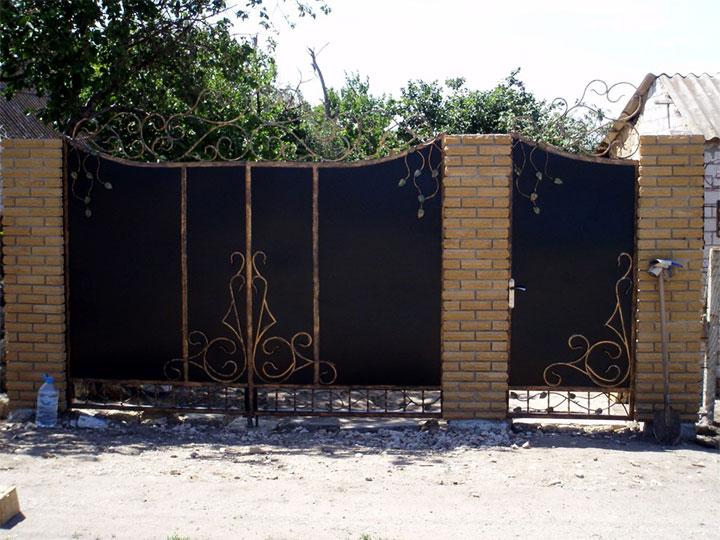 Декорирование ворот и калитки элементами ковки