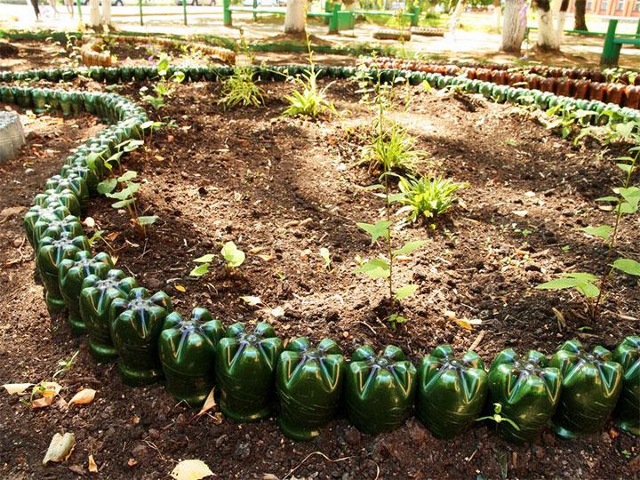 Изгородь для клумбы из пластиковой тары
