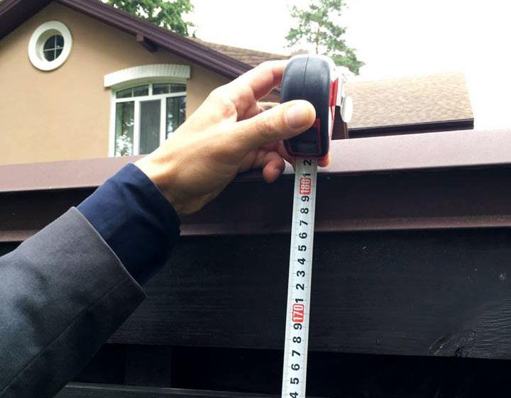 Измерение высоты забора рулеткой