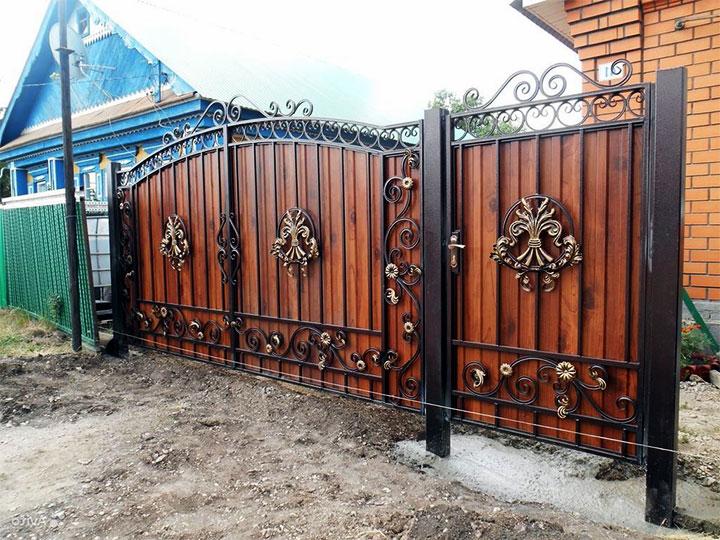 Комбинированные ворота из металла и дерева