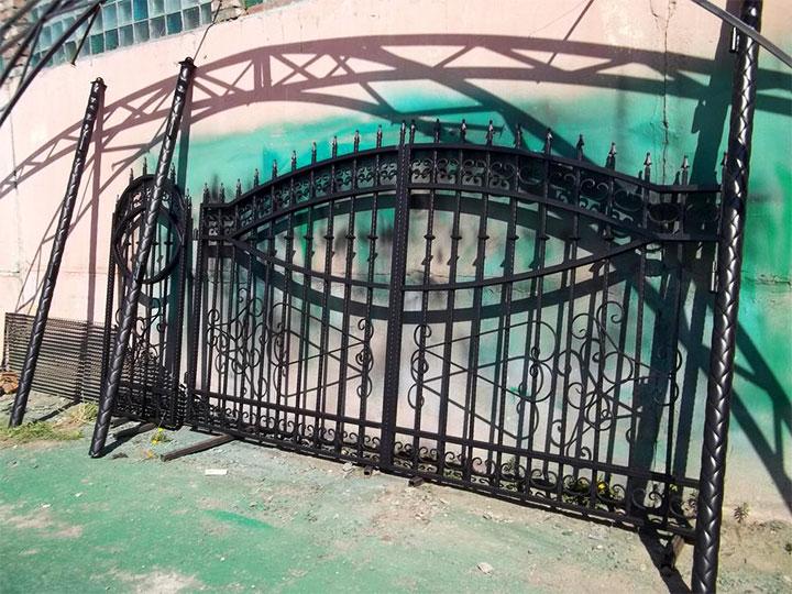 Комплект из металлических ворот, калитки и столбов