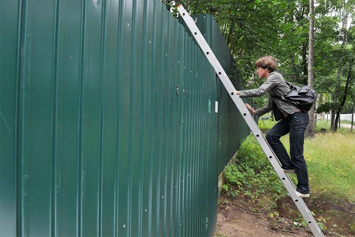 Лестница через забор