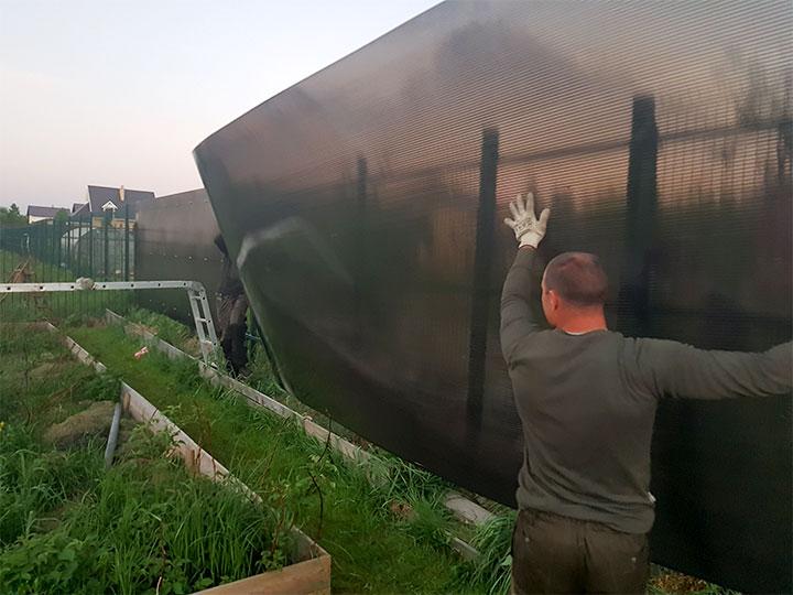Монтаж листа поликарбоната на забор