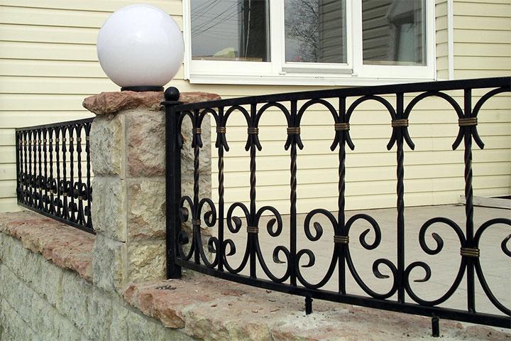 Ограда для веранды с кованными элементами