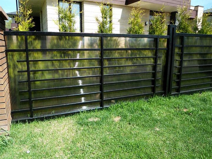 Ограда из поликарбоната и металлопрофиля