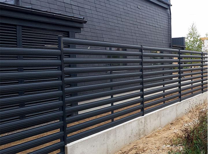 Ограда с горизонтальным расположением штакетин