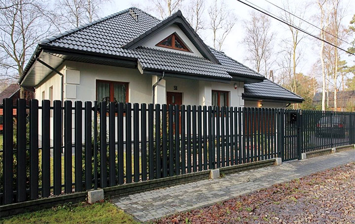 Ограждение частного дома металлическим штакетником