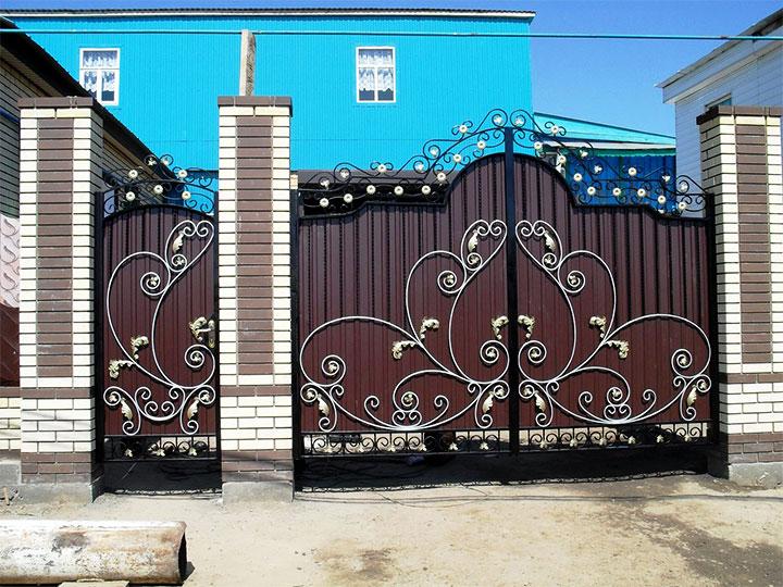 Ворота и калитка из профнастила с коваными элементами