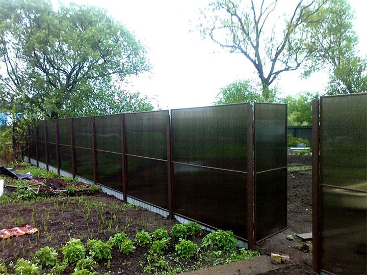 Забор между участками из поликарбоната