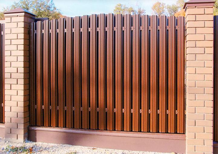 Забор-шахматка из металлического штакетника