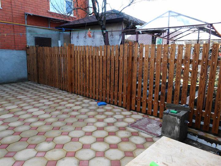 Зонирование двора оградой из штакетника