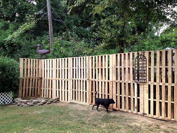 Высокий забор из подручных материалов