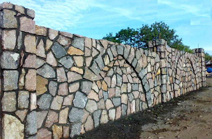 Каменное ограждение