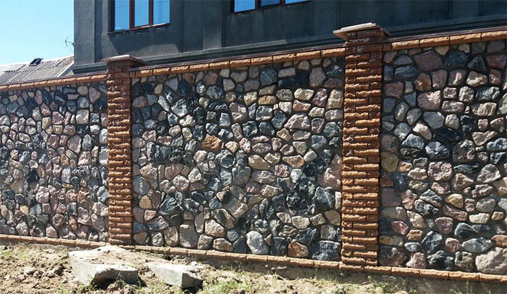Ограда для дома из природного камня