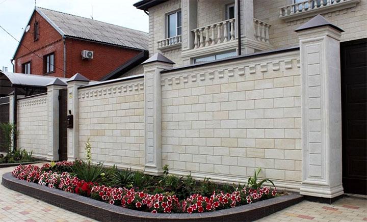 Ограда дома из блоков
