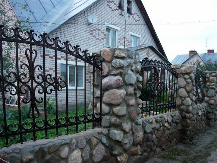 Ограда из булыжника с коваными пролетами