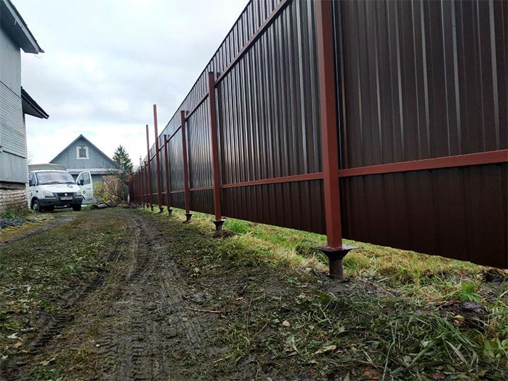 Забор на винтовых сваях из профлиста