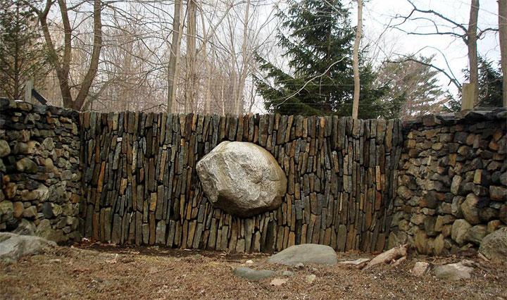 Забор с плоской вертикальной кладкой