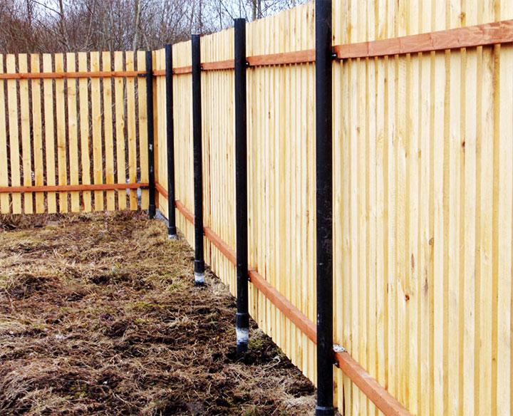 Забор из штакетника на металлических столбах