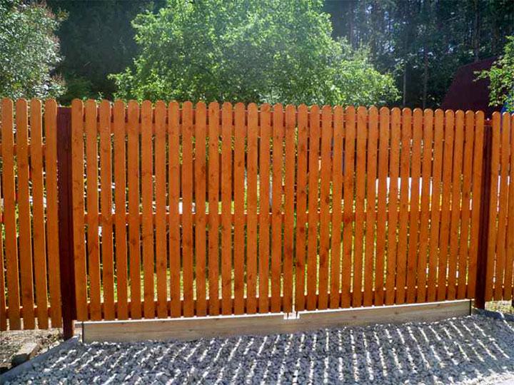 Изгородь из деревянного штакетника