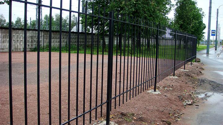 Металлическая ограда из арматуры