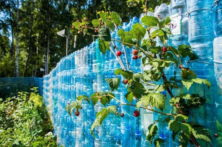 Недорогой забор из пластиковых бутылок