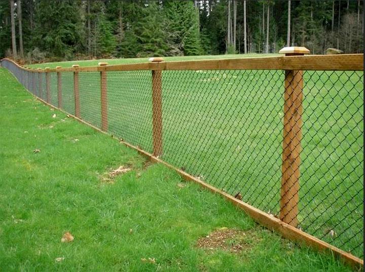Забор из сетки-рабицы на деревянных столбах