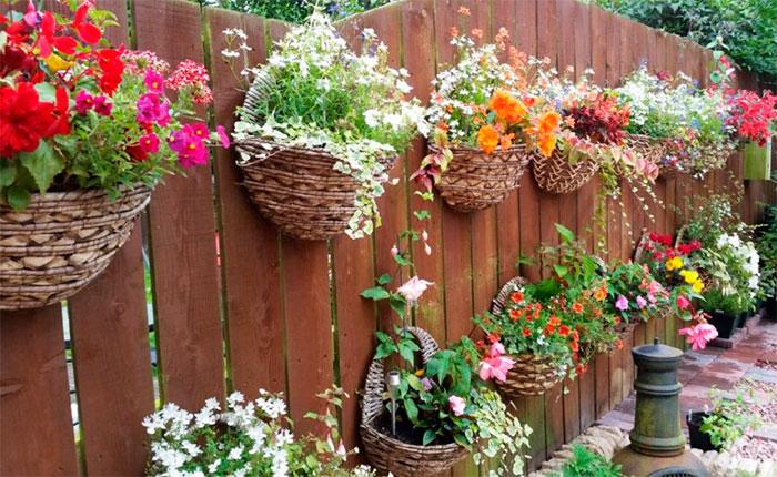 Забор украшенный цветами в корзинках