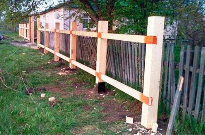 Установка деревянного каркаса для забора