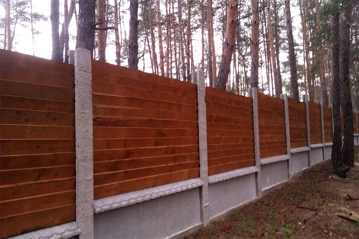 Комбинированный забор из досок и бетонных столбов