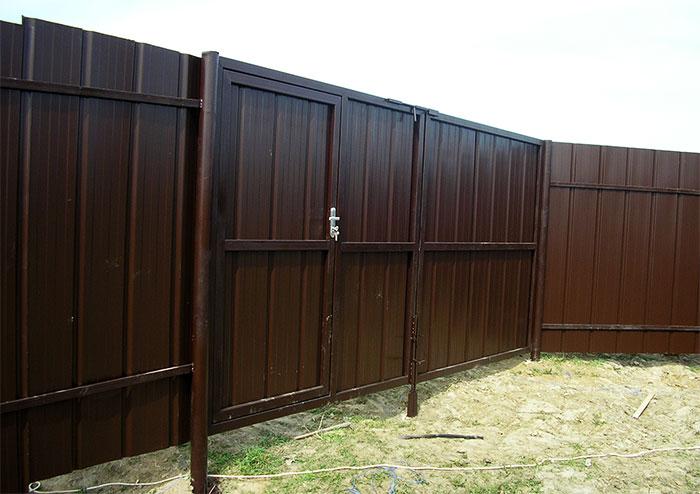 Металлический забор с воротами и калиткой
