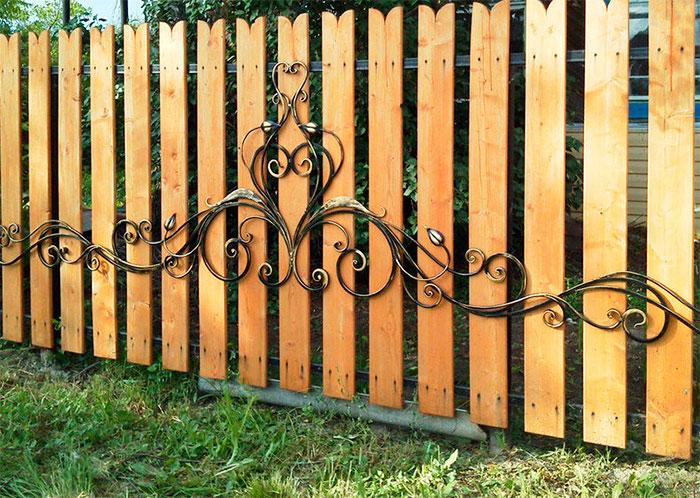 Резной забор из дерева с элементами ковки