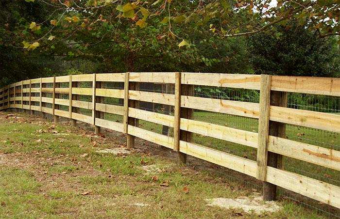 Деревянный забор с сеткой