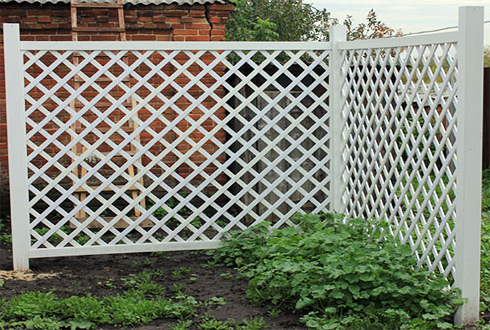 Забор из деревянной решетки
