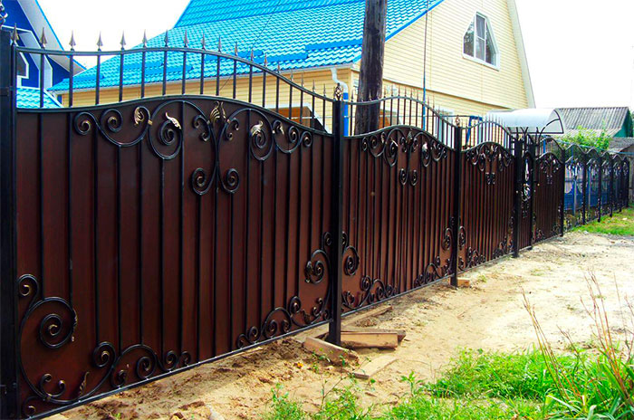 Комбинированный забор: ковка + металлопрофиль