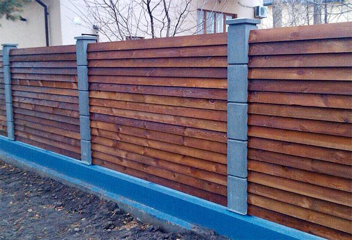 Забор из доски уложенной елочкой