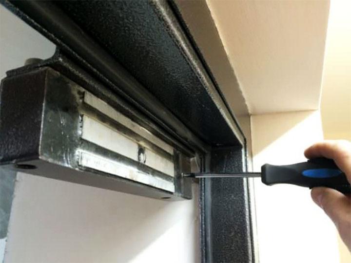 Установка электромагнитного замка на дверь