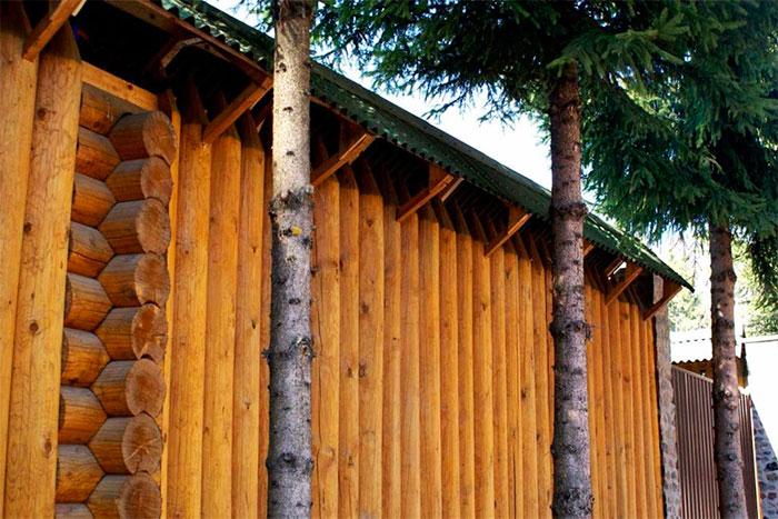 Сплошной забор из бревен