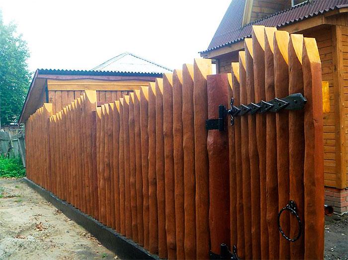 Ограда и калитка из бревна
