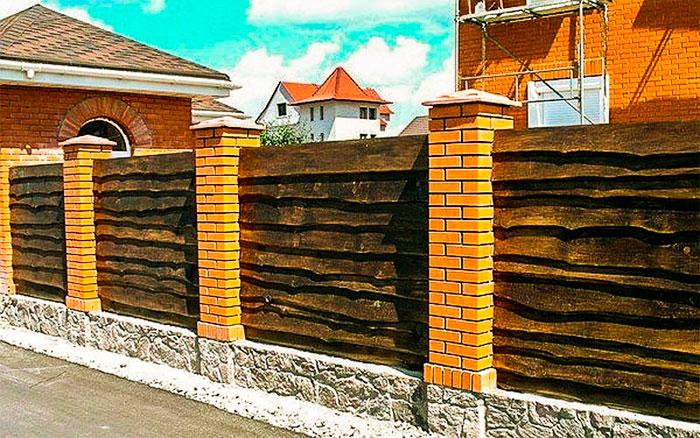 Забор с кирпичными столбами и доски