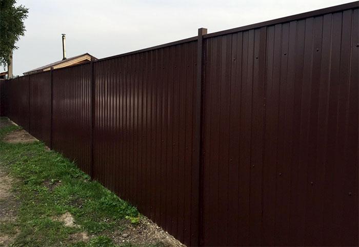 Сплошной забор из металлопрофля
