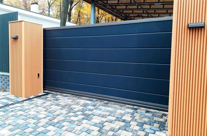 Ворота синего цвета