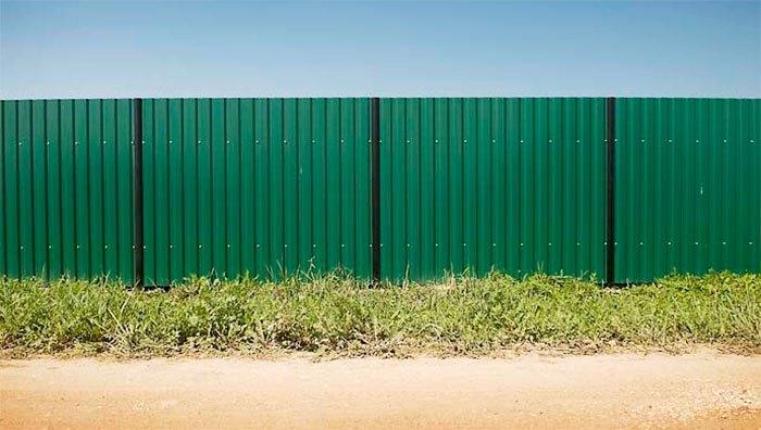Ограждение из зеленого профлиста