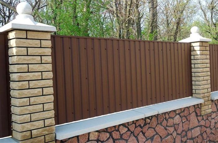Комбинированный забор: профлист + камень