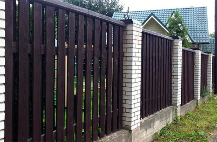 Забор из досок и кирпича