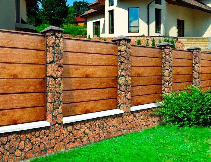 Стильный забор из доски и камня