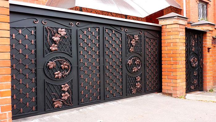 Стильные металлические ворота с элементами ковки